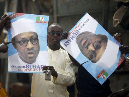 Partidários de Muhammadu Buhari seguram cartaz.