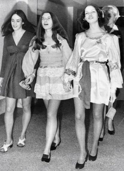 Susan Atkins, Patricia Krenwinkel e Leslie Van Houten cantam de mãos dadas a caminho de uma das audiências do julgamento.