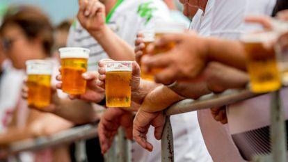Torcedores bebem cerveja em um estádio da Alemanha.