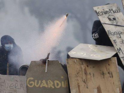 Manifestantes enfrentam a polícia neste domingo, em Quito.