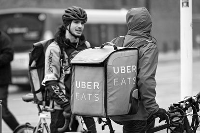 Reunião espontânea de entregadores com emprego líquido nas ruas de Cardiff.
