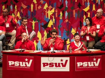 Maduro, no centro, no congresso do PSUV, neste domingo