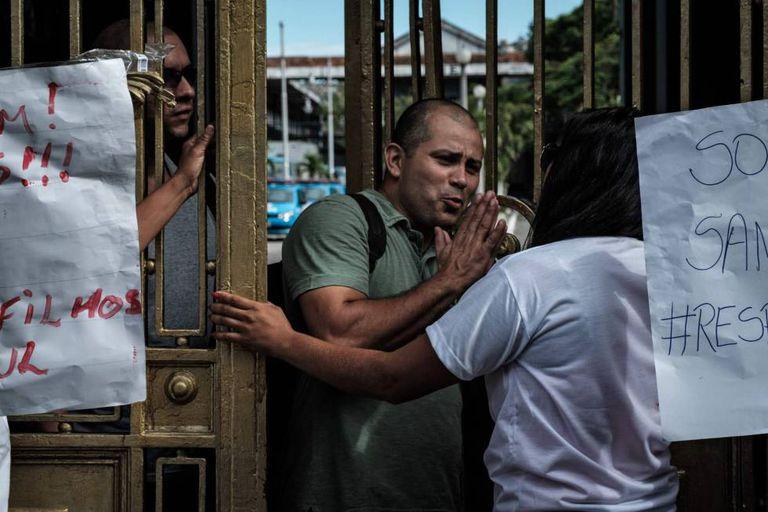 Policial do Choque suplica às mulheres que lhe deixem sair, nesta sexta-feira.