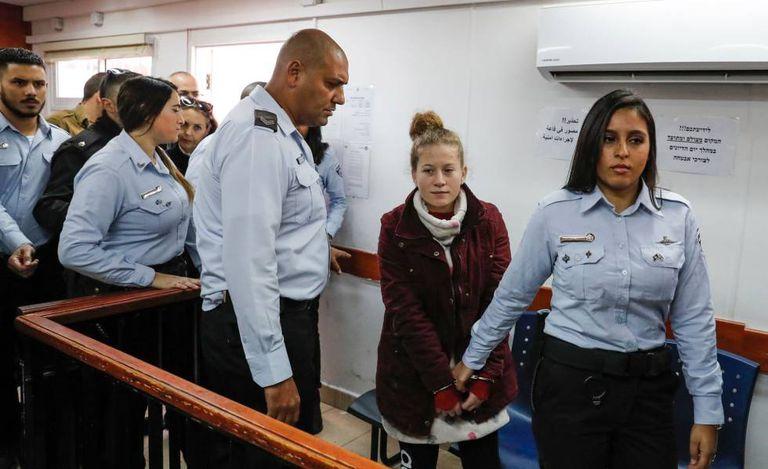 A adolescente palestina Ahed Tamimi diante de um tribunal militar israelense em dezembro de 2017