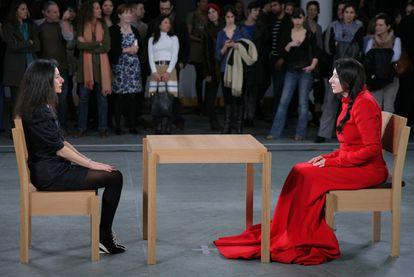 Abramovic, de vermelho, durante sua 'performance' do ano passado no MoMA.