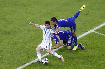 Messi chuta para marcar o segundo gol.