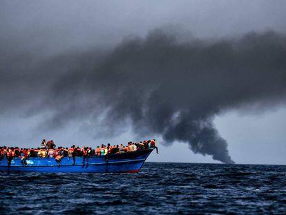 Um dos barcos lotados de emigrantes resgatado em 3 de outubro perto da costa da Líbia.