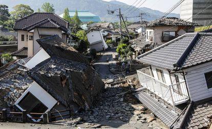 Casas destruídas em Kumamoto (Japão) depois do terremoto de 16 de abril de 2016