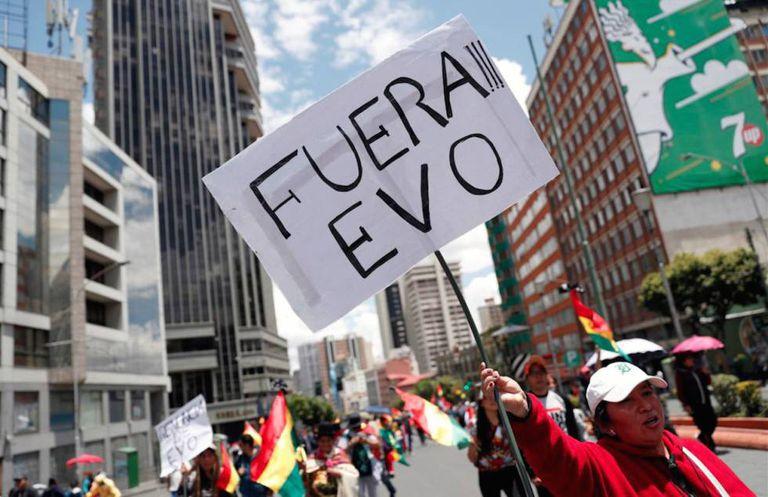Mulher pede a saída de Morales neste domingo em La Paz.