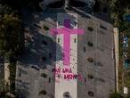 """Vista panorámica donde se lee la leyenda """"Ni una menos"""" en referencia a las  víctimas de violencia y feminicidios en la Ciudad de México el día 24 de noviembre de 2019. Organizaciones civiles realizaron una pinta con una cruz sobre una plaza publica para denunciar la violencia de genero que se vive en la ciudad."""