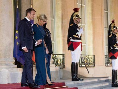 Emmanuel e Brigitte Macron, nesta segunda-feira, no palácio do Eliseu.