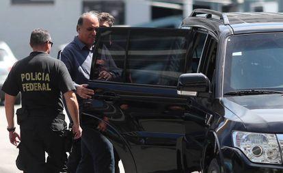 Pezãoo é escoltado por policiais federais no Rio de Janeiro.