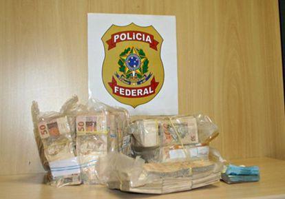 Dinheiro apreendido pela PF em operação contra fraude.