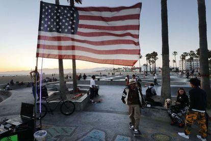 Bandeira dos EUA no parque de Venice Beach, em Los Angeles, fechado por causa da pandemia, na sexta-feira.