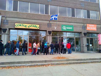 Filas na porta de um dos estabelecimentos da SQDC de Montreal, onde se vende maconha para uso recreativo