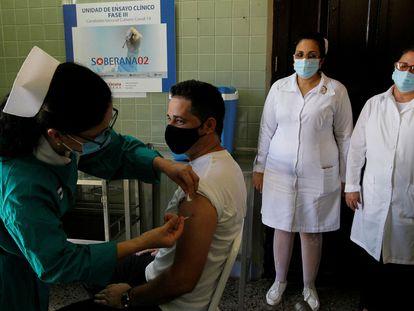 Uma enfermeira injeta a vacina Soberana 02 em um voluntário durante um ensaio clínico em Havana, em 31 de março.