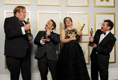 Phillip Bladh, Carlos Cortés, Michellee Couttolenc e Jaime Baksht brincam com suas estatuetas do Oscar de melhor som pelo filme 'O som do silêncio'.