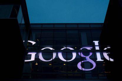 Um escritório com o logotipo de Google.