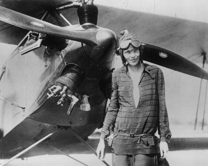 """""""Assim que decolamos soube que voar era o que faria o resto da minha vida."""" Amelia Earhart (1897-1937) sabia que a aviação era seu destino quando, aos 22 anos, embarcou em um biplano (avião de dois lugares) durante um espetáculo aéreo em Long Beach. Em 1922, apesar de sua instrutora Neta Snook não dar um tostão por ela, Amelia conseguiu seu primeiro recorde de altitude, voando a 4.267 metros. A piloto fez história ao ser a primeira mulher a iniciar uma viagem aérea ao redor do mundo seguindo a linha equatorial. A aventura, que começou em junho de 1937, terminou com o trágico desaparecimento de Earhart no Oceano Pacífico, em 2 de julho de 1937."""