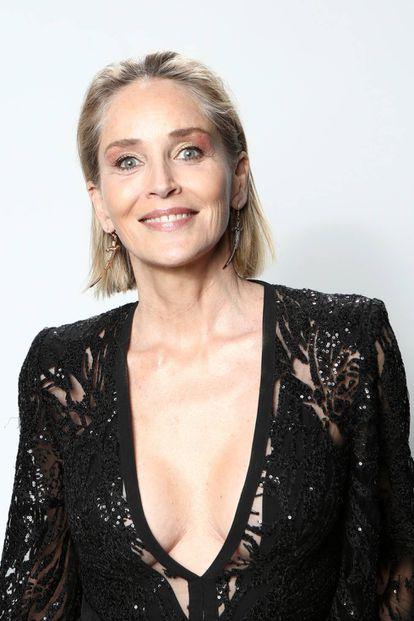 """Aos 62 anos, Sharon Stone é considerada uma dessas atrizes de Hollywood que amadureceram """"com naturalidade"""", sem abusar das cirurgias rejuvenescedoras. Nesta foto de uma festa em Los Angeles, em fevereiro de 2020, ostenta seus cabelos grisalhos aos fotógrafos"""