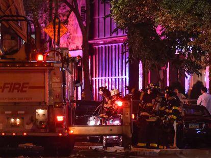 Bombeiros de Nova York esta noite no bairro de Chelsea, onde se produziu uma explosão.
