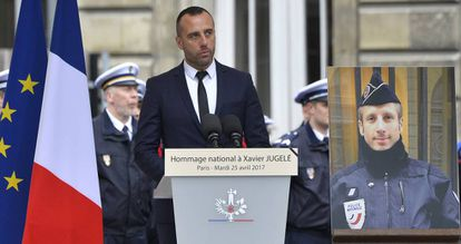 Étienne Cardiles, no ato de homenagem a seu parceiro, Xavier Jugelé, em 25 de abril.