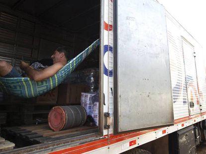 FOTO: Transportadores mantém paralisação na BR 040, na altura de Luiziânia, neste sábado. / VIDEO: El presidente do Governo, Michel Temer.