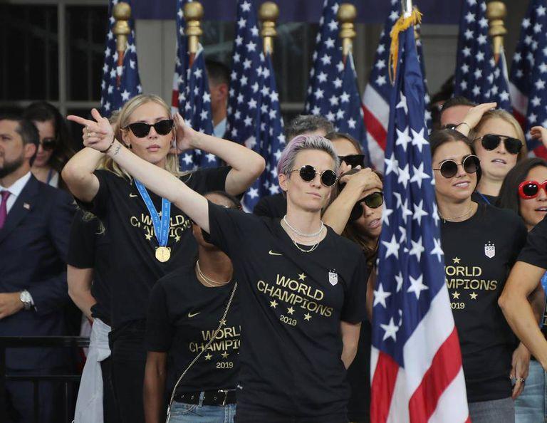 A capitã, Megan Rapinoe, junto a suas colegas de equipe durante a celebração em Nova York de seu título mundial.