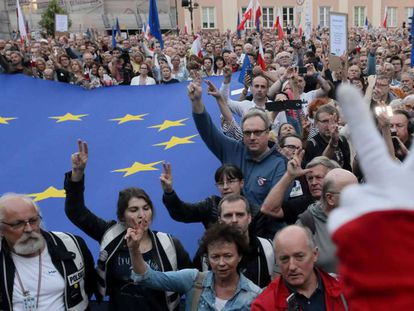 Poloneses protestam contra a reforma judicial