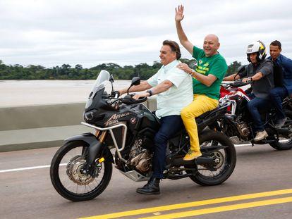 O presidente Jair Bolsonaro e o empresário Luciano Hang durante inauguração de uma ponte sobre o Rio Madeira, em Porto Velho, Rondônia, no dia 7 de maio de 2021.