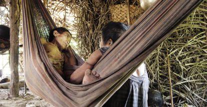 Uma mulher awá guajá repousa doente depois de romper seu isolamento em janeiro.