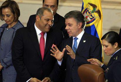 Santos (dir.), na segunda-feira, com o presidente do Congresso.