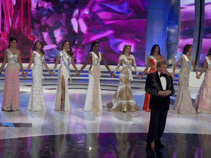 Osmel Sousa, com as semifinalistas de Miss Venezuela.