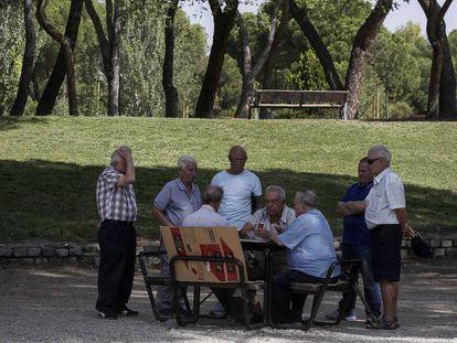 Um grupo de aposentados no parque da Dehesa da Villa, em Madri.