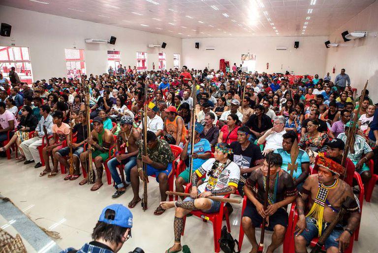 Centenas de ribeirinhos vão à audiência pública exigir seus direitos violados pela hidrelétrica de Belo Monte.