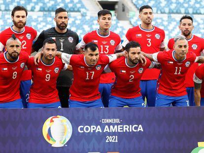 A seleção do Chile, na sexta-feira antes de sua partida contra a Bolívia, com a bandeira do país no lugar do logotipo da Nike.