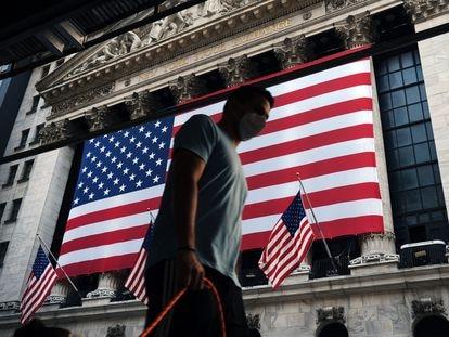 Homem passa diante do prédio da Bolsa de Valores de Nova York, durante as cerimônias que relembram os ataques do dia 11 de setembro de 2001.