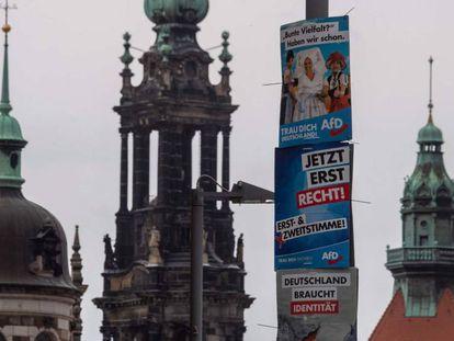 Imagem de Dresde, no Leste da Alemanha, junto a cartazes eleitorais da extrema direita, Alternativa por Alemanha (AfD).
