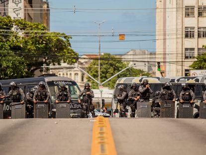 Policiais se posicionam para conter protesto contra Jair Bolsonaro no Recife, em maio, ato que terminou em forte repressão.