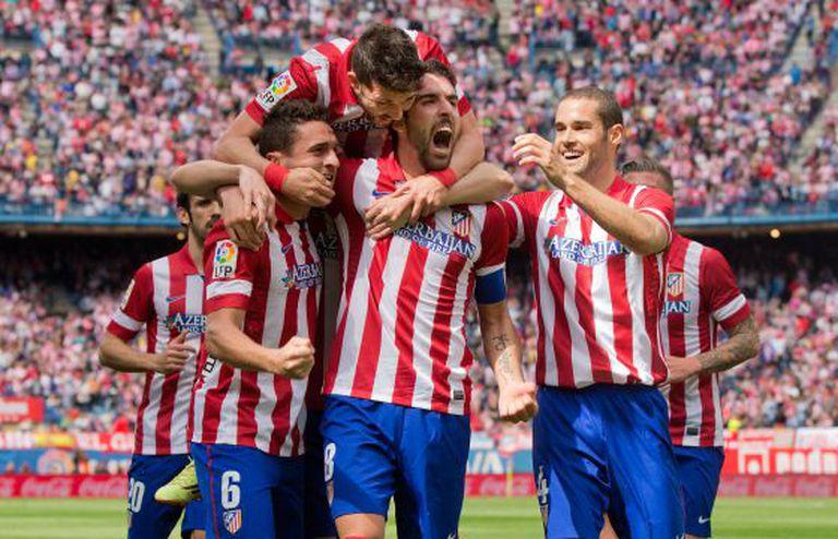 Os jogadores do Atlético celebram o gol de Raúl García.
