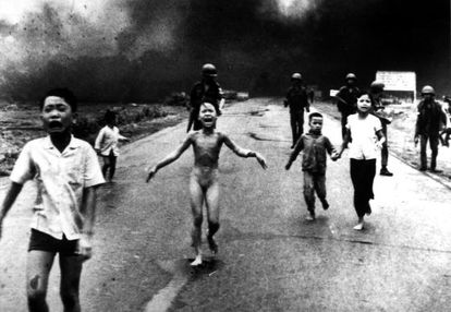 Crianças fogem de um ataque de napalm no Vietnã em 1972.