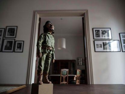Pequena escultura de Ernesto 'Che' Guevara no apartamento em que nasceu, em Rosário, Argentina.