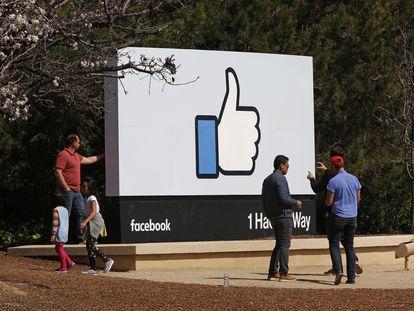 """Visitantes fazem fotos diante do famoso """"curtir"""" na sede do Facebook, em Menlo Park (Califórnia), em março de 2018."""