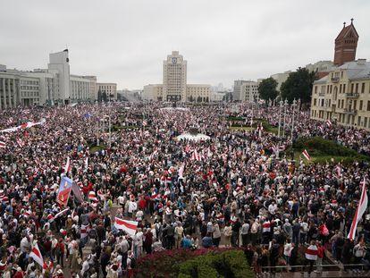 Na imagem, milhares de manifestantes na praça da Independência em Minsk, no domingo.
