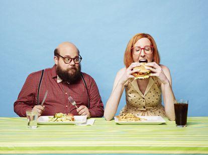 Recreación de uma mulher e um homem comendo.