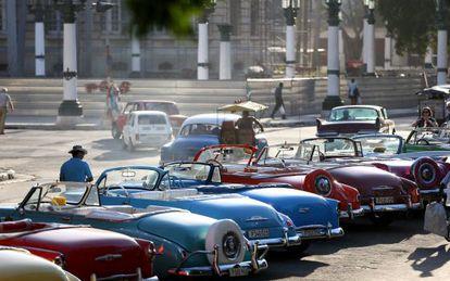 Carros clássicos em Havana à espera de turistas.