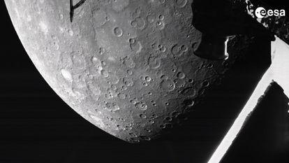 Primeira imagem de Mercúrio tomada pela 'BepiColombo' à sua chegada, na madrugada deste sábado, nos arredores do planeta mais próximo do Sol.