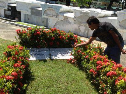 O agricultor Eduardo da Silva ao lado do túmulo de Miguel Arraes.