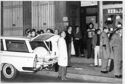 Polícia e ambulâncias na porta do número 55 da rua Atocha de Madri em 24 de janeiro de 1977 depois da matança dos advogados trabalhistas.