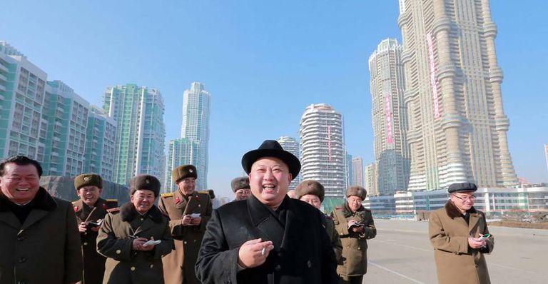 Kim Jong-un visita os edifícios da avenida Ryomyong, em Pyongyang, em 2017.